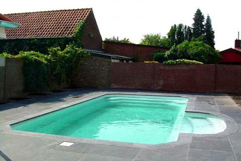 Piscines votre piscine coque polyester en kit abri for Fabricant piscine coque