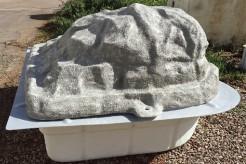 Local technique semi-enterré rocher gris