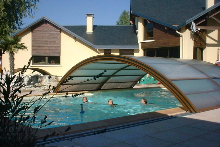 Ambre abri de piscine mi haut t lescopique for Abri de piscine sans rail au sol